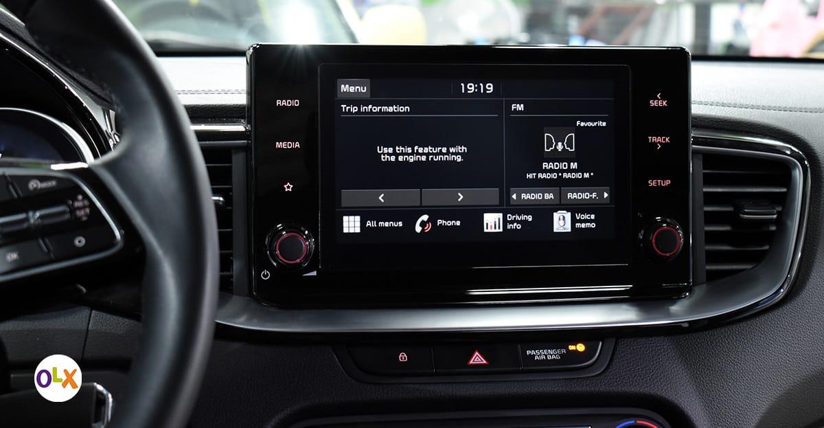 Displej na centru konzole broji 8 inča u dijagonali. Otvara nam prozor ka funkcijama kao što su Bluetooth povezivanje sa pametnim telefonom, a podržava i Apple CayPlay i Android Auto. Meni je, ipak, najbitnija uska siva lajsna ispod displeja na koju se može nasloniti ruka prilikom biranja opcija na displeju tokom vožnje. Neprocjenjivo!