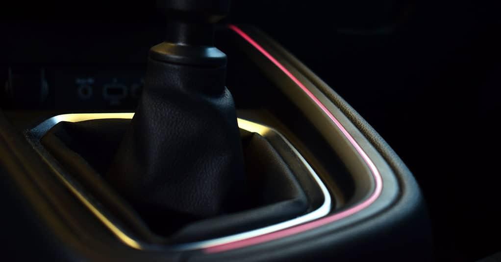 Ambijentalna svjetla oko mjenjača,u vratima i na krovu mogu mijenjati desetak različitih nijansi boje. Svijetle crveno kada je odabran način rada Sport.
